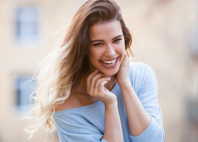 Mulher feliz e sorrindo | Clínica Scoppo - Endoscopia Terapêutica Bariátrica - São Paulo/SP